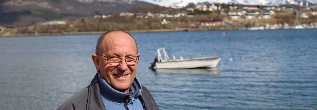 Karstein Danielsen med båt på verkstedbakken