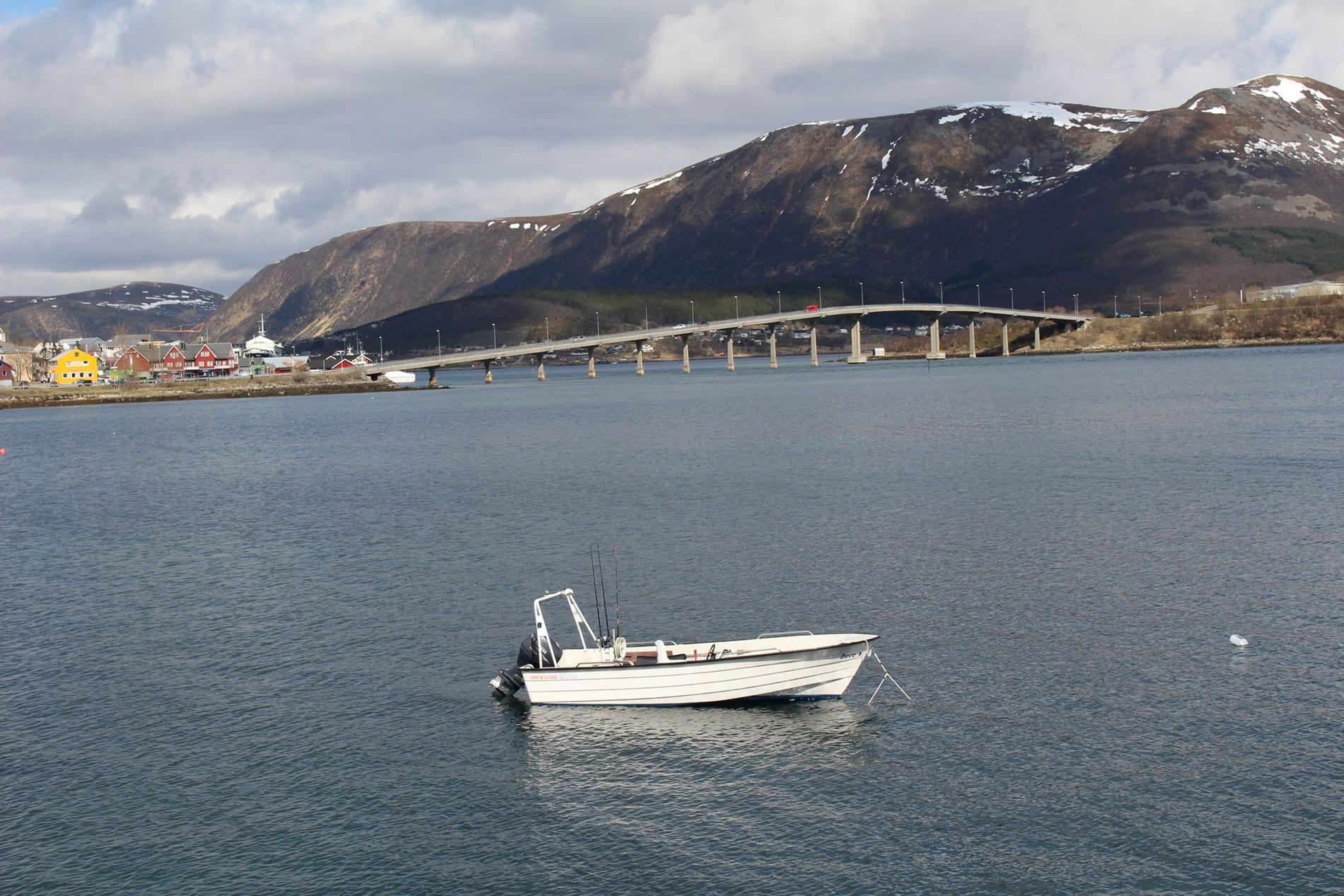 Båt ved Hadselbrua og Verkstedbakken